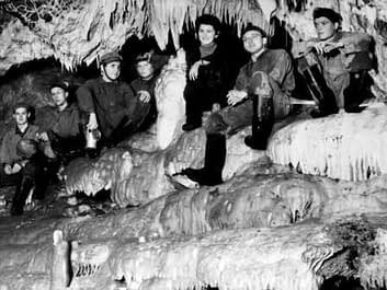 Záhadný jev-Obří tlamě v Ochozské jeskyni vypadávají zuby.
