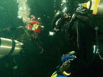"""Skeletons Of Society: """"Otazníky mají konec, projekt kostlivců je ukončen"""" (Mine Diving)"""