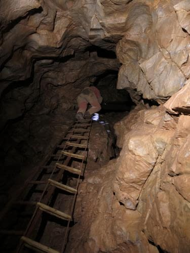sestup do Křížových jeskyní