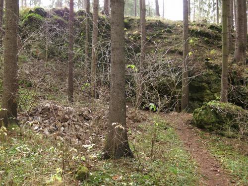 kamení na deponii před Dagmarou, v úterý odvozeno k cestě