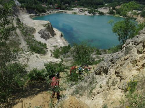 lezeme na pracoviště do lomové stěny nad jezerem