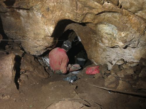 stavba těžební lanovky v jeskyni Dagmar