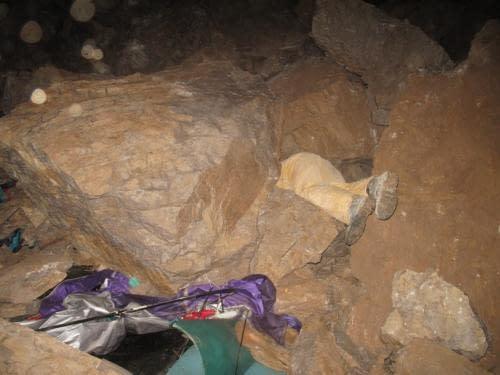 Plzeňský stan nyní. Vyčnívající nohy nejsou zavalený jeskyňář, ale Igor Pap pokoušející se vylovit zbytky použitelného vybavení.